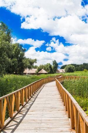 スラボニア、クロアチアの自然公園コパッキリット、人気の観光地や鳥の予約。長い木製の道。田舎の風景。