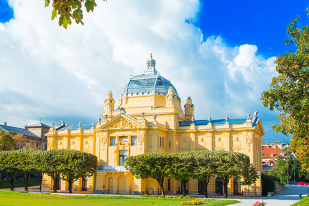 Zagreb, Croatia, colorful architecture, art pavilion and beautiful flowers in park in summer day, classic 19 century architecture 免版税图像