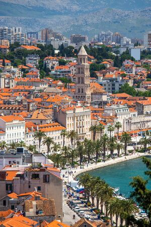 Old town of Split in Dalmatia, Croatia. Panoramic view of city center, palace of Roman emperor Diocletianus and cathedral. Popular tourist destination in Europe. Standard-Bild