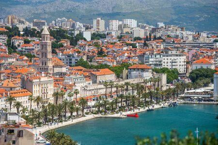Altstadt von Split in Dalmatien, Kroatien. Panoramablick auf das Stadtzentrum, den Palast des römischen Kaisers Diocletianus und die Kathedrale. Beliebtes Touristenziel in Europa.