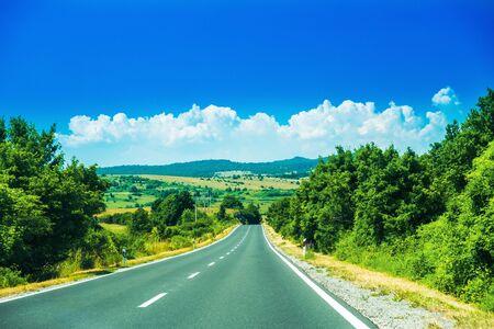 Strada panoramica nella regione di Lika in Croazia, cielo nuvoloso e montagne sullo sfondo