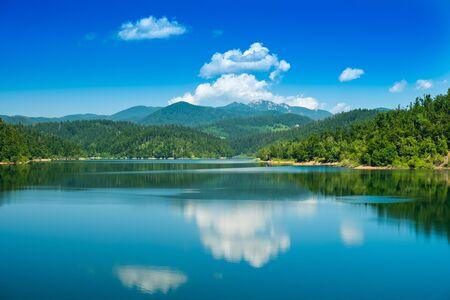 크로아티아, Gorski kotar의 아름다운 호수, Lokve, Risnjak 산을 배경으로, watter에 반사