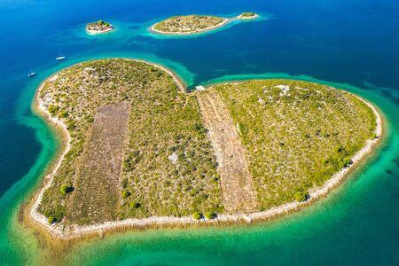 Panoramablick auf die erstaunliche herzförmige Insel Galesnjak in der Nähe von Zadar in Dalmatien, Kroatien