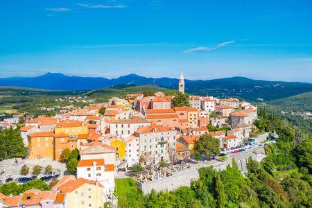 Stad van Labin in Istrië, Kroatië, oude traditionele huizen en kasteel, uitzicht vanaf drone Stockfoto