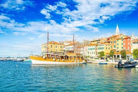 Croazia, Istria, navi turistiche nel porto della città vecchia di Rovigno sulla costa del mare Adriatico