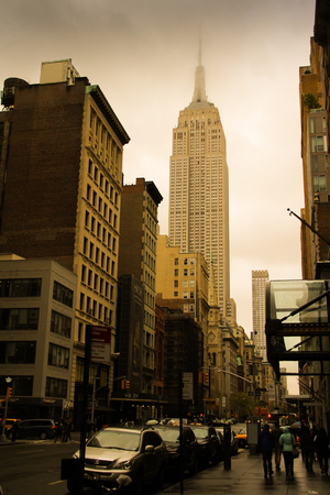 Famous Empire State Building in Manhattan, New York covered by clouds on a winter day 報道画像