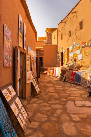 Souvenir shops in the alleys of Ait Benhaddou ancient village in Morocco 免版税图像