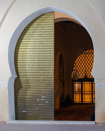 Arched metal door as entrance of a mosque in Marrakesh medina, Morocco 版權商用圖片