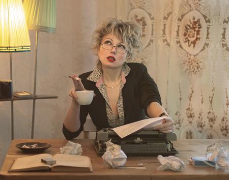 Schrijver vrouw in de greep van creatieve, gek emoties