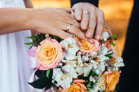 Trouwringen, het creëren van een nieuw gezin, trouwconcept Stockfoto