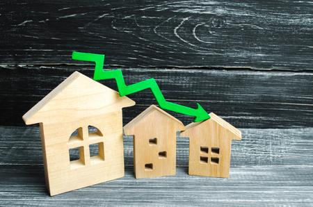 ein Rückgang der Immobilienpreise. Bevölkerungsrückgang. fallende Zinsen auf die Hypothek. Verringerung der Nachfrage nach dem Kauf von Wohnraum. niedrige Energieeffizienz, niedrige Preise für öffentliche Versorgungsunternehmen. Pfeil nach unten. Standard-Bild