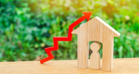 maison en bois avec un homme à l'intérieur. concept de forte demande pour l'immobilier / la propriété. augmenter l'efficacité énergétique des logements. hausse des prix des logements. croissance démographique. Banque d'images