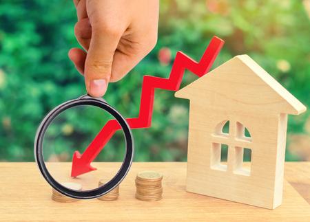 ein Verfall der Immobilienpreise. Konzept der Entvölkerung. fallende Zinsen für die Hypothek. Rückgang der Nachfrage nach dem Kauf von Wohnungen. niedrige Preise für Stadtwerke. Pfeil nach unten. Immobilien