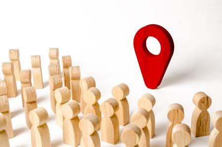 Menschen stehen in der Nähe der Standortmarkierung. Konzept der Navigation und des Veranstaltungsortes. Tourismus und Reisen. Ausspionieren der Bürger.. Orientierung in der Stadt, Ort von Veranstaltungen und Veranstaltungen.