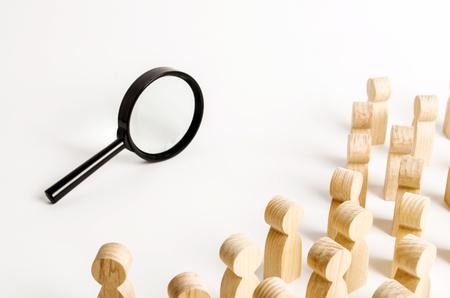 돋보기를 들여다보는 사람들. 검색 및 추적 개념, 진실을 찾으십시오. 문제에 대한 해결책을 찾으십시오. 탐험, 연구, 검토 및 탐사. 일·여가 찾기 스톡 콘텐츠