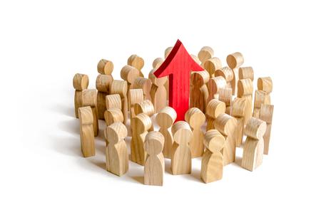 Eine Gruppe von Menschen umringte den roten Pfeil nach oben. Suche nach neuen Möglichkeiten und Optionen, Erhöhung der Erwerbstätigkeit oder Erhöhung der Indikatoren für den Lebensstandard. Selbstverbesserung und Erzielung von Erfolgen