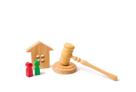 The concept of laws and regulations for tenants and owners of a residential building. Wooden apartment house with people, keys and a judge hammer on a white background. Condominiums. Standard-Bild