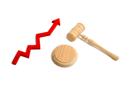 judges hammer and the arrow pointing up. The concept of increasing the number of peoples appeals to the court. Growth of acquittals  convictions. The fight against corruption in the judicial system Stockfoto