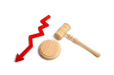 Hammer the judge and the down arrow. concept of reducing appeals to court. Fall of acquittals  convictions. Distrust of government and judgment. The fight against corruption in judicial system Stockfoto