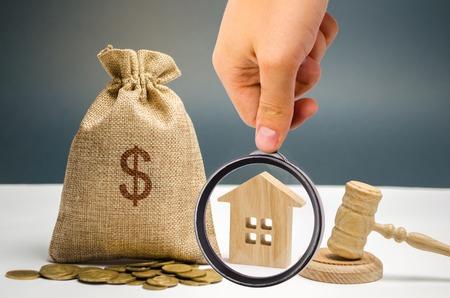 Geldbeutel, Haus und Hammer. Vermögensbeschlagnahme wegen Nichtzahlung von Steuern Eigentumsentfremdung. Steuern auf Immobilien, Zahlung. Register der Steuerzahler für Immobilien. Immobilien-Auktion Standard-Bild