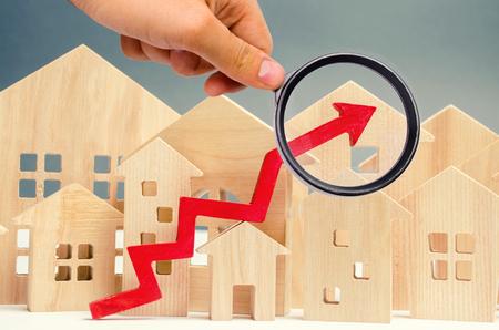 Das Konzept des Immobilienmarktwachstums. Der Anstieg der Immobilienpreise. Steigende Preise für Versorgungsunternehmen. Erhöhte Zinsen für Hypotheken und steigende Zinsen für Hypotheken. Mieterhöhung. Standard-Bild