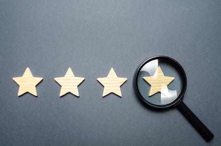 Cuatro estrellas y una lupa. Valoración de hoteles y restaurantes, instituciones caras. Fama y singularidad, atrayendo turistas o invitados. Altos requisitos, calificaciones. Lo mejor de lo mejor