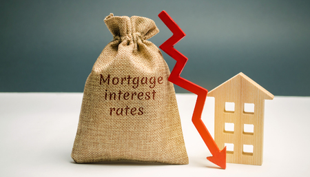 Tasche mit dem Geld und dem Wort Hypothekenzinsen und Pfeil nach unten und Haus. Niedrige Zinsen für Hypotheken. Reduzierung der Zinszahlungen für Hypotheken. Der Rückgang der Immobilienzinsen auf Kredit. Geringe Wohnungsnachfrage Standard-Bild