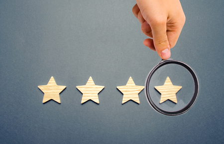 Four wooden stars. The concept of rating and evaluation. The rating of the hotel, restaurant, mobile application. Quality service, buyer choice. Success in business. selective focus Banque d'images - 118619177