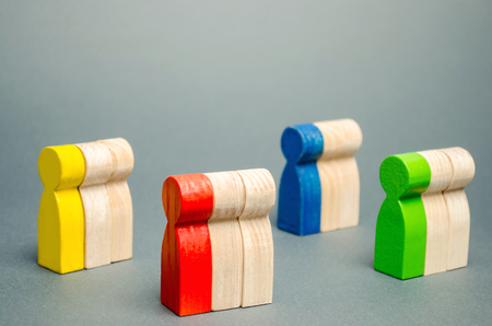 Groups of multicolored wooden people. The concept of market segmentation. Target audience, customer care. Market group of buyers. Customer analysis, customer relationship management. Selective focus Banque d'images - 118619229