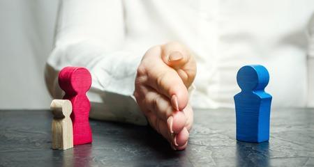 Ręka oddziela matkę z dzieckiem od ojca. Decyzja sądu, który zostanie opiekunem dziecka. Proces rozwodu. Opieka. Pozbawienie praw rodzicielskich