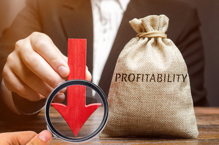 Bag with the word Profitability and a down arrow with a businessman. Low economic efficiency and profitableness. Drop in profits and earnings in a company. Unprofitability. Financial instability Standard-Bild