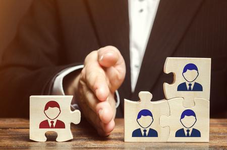 Der Leiter trennt das Puzzle mit dem Bild des Mitarbeiters. Das Konzept des Personalmanagements im Unternehmen. Entlassung eines Mitarbeiters aus einem Team. Degradierung. Schlechter Arbeiter. Personalabbau