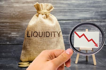 Sinkende Liquidität und Rentabilität von Aktien und Investitionen. Rezession. Geringe Attraktivität von kurzfristigen Einlagen. Finanzkrise. Der Zusammenbruch des Wertpapiermarktes. Geldbeutel, Pfeil nach unten