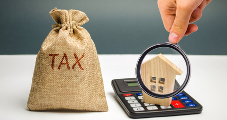 A bag with the word Tax and calculator with a house. Taxes on real estate, payment. Penalty, arrears. Register of taxpayers for property. Law-abiding, evasion of payment. Court law. Luxury tax Banque d'images - 124957824