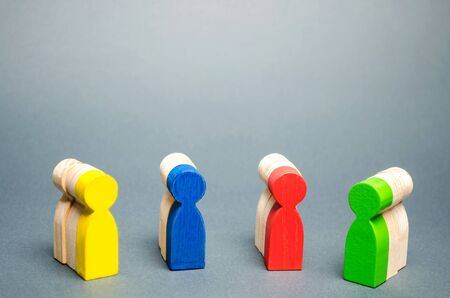 Groups of multicolored wooden people. The concept of market segmentation. Customer relationship management. Target audience, customer care. Groups of buyers. Targeting. Segments Imagens - 124958339