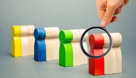 Gruppen von bunten Holzleuten. Das Konzept der Marktsegmentierung. Zielgruppe, Kundenbetreuung. Marktgruppe von Käufern. Kundenanalyse, Kundenbeziehungsmanagement. Selektiver Fokus