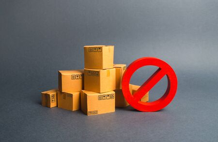 Many cardboard boxes and a red symbol NO. Embargo, trade wars. Restriction on the importation of goods, proprietary for business. Inability to sell products, ban on the import. No delivery. Imagens