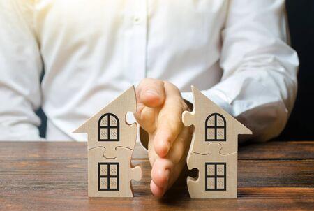 Prawnik dzieli dom lub nieruchomość między właścicieli. Koncepcja rozwodu. Proces podziału nieruchomości i majątku pomiędzy byłych małżonków, krewnych. Wykonanie testamentu pośmiertnego.