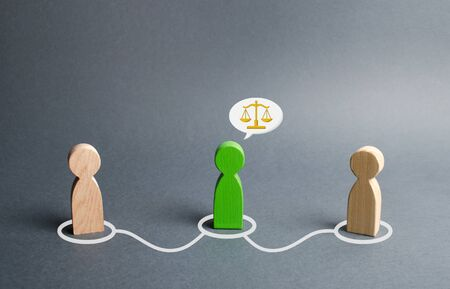 A green man mediates between two people. Judge the two sides and come to a compromise. Negotiations, business deal. Ask for advice from an experienced specialist. Fair resolution of conflict, dispute Banco de Imagens