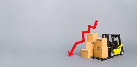 Gelber Gabelstapler mit Kartons und einem roten Pfeil nach unten. Konzeptrückgang in der Industrieproduktion, im Geschäft. Wirtschaftskrise. Produktion, Kaufkraft. Reduzierter Speicher. Banner, Textfreiraum
