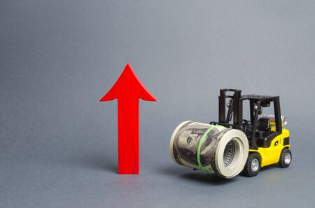 Yellow Forklift truck carries a large bundle of dollars and a big red arrow up. Growth of revenue and profit. development of industrial and logistics industries, wage growth, price increases. Archivio Fotografico
