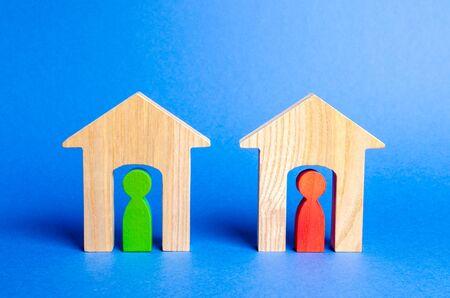 Zwei Holzhäuser mit Nachbarn im Inneren. Gute Nachbarschaft, Bezirk. Konzept der Beziehungen und Kommunikation zwischen Nachbarn. Wachsamkeit, gegenseitige Hilfe und Zusammenarbeit, freundliche Atmosphäre. Sicherheit