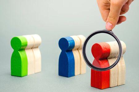 Groupes de personnes en bois multicolores. Le concept de segmentation du marché. Public cible, service client. Groupe de marché d'acheteurs. Analyse client, gestion de la relation client. Mise au point sélective Banque d'images