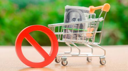 Dollars in a shopping cart and sign of prohibition. Restrictions on the export of capital. Economic pressure and sanctions. Destabilization of the exchange market. Bad credit history. Refused a Loan Imagens