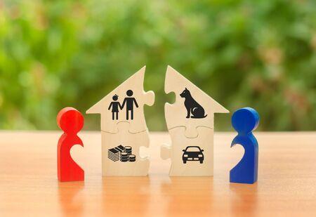 Mann und Frau Figuren Figuren teilen das Haus unter sich auf. Vollstreckung des posthumen Testaments. Streitigkeiten über Aufteilungsverfahren von Immobilien und Eigentum. Scheidung Konzept. Platz kopieren