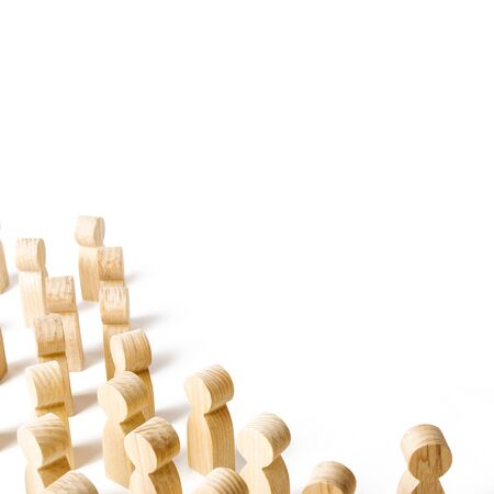 A crowd of people looking to the right. waiting for event. Marketing, advertising, attracting the attention of customers and society. Wooden figures. minimalism, metaphor. copyspace Imagens - 128846617