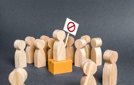 Eine Menschenmenge umringt einen Streikposten. Aufruf zu Protesten. Die öffentliche Aufmerksamkeit auf das Problem lenken. Bekämpfung von Korruption und Willkür. Populismus und Nationalismus. Kampf um Rechte