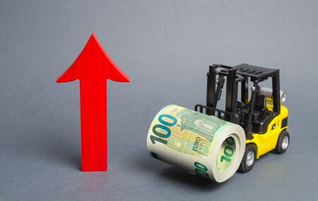 Yellow Forklift truck carries a big bundle of Euros and red arrow up. Economic reforms, emerging markets. Growth of income and profit. progress of industrial and logistics industries, wage growth Banco de Imagens
