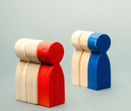 Groupes de personnes en bois multicolores. Le concept de segmentation du marché. Public cible, service client. Groupe de marché d'acheteurs. Gestion de la relation client. Mise au point sélective Banque d'images