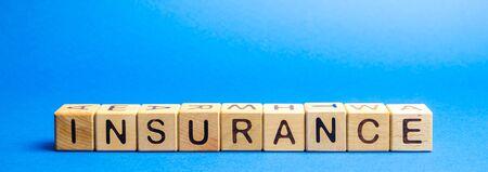 Holzklötze mit dem Wort Versicherung. Lebensversicherung, Gesundheit, Geschäft, Eigentum. Schutz- und Sicherheitskonzept Standard-Bild